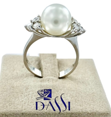 Anello in oro bianco con perla bianca centrale e  6 diamanti incassati a grif