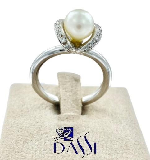 Anello in oro bianco con perla bianca centrale e pavè di diamanti