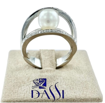 Anello in oro bianco a cerchi con incassati diamanti e al centro una perla bianca