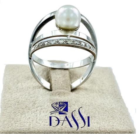 Anello in oro bianco  e diamanti composto da 2 cerchi che abbracciano una perla bianca