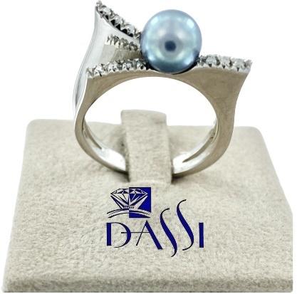 Anello in oro bianco geometrico con diamanti e una perla grigia