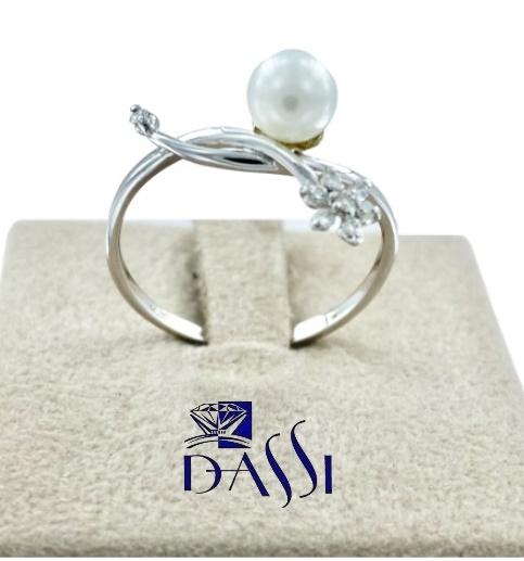 Anello in oro bianco  con  perla bianca  e un fiore con  8 diamanti