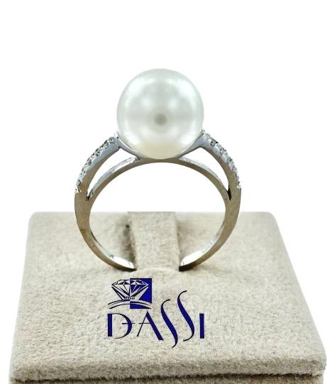 Anello in oro bianco con incassati diamanti e perla bianca centrale