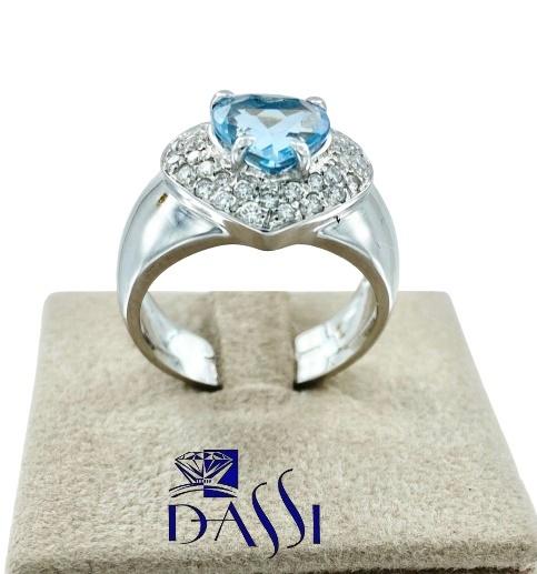 Anello a fascia in oro bianco con  pavè di diamanti e zaffiro taglio a cuore