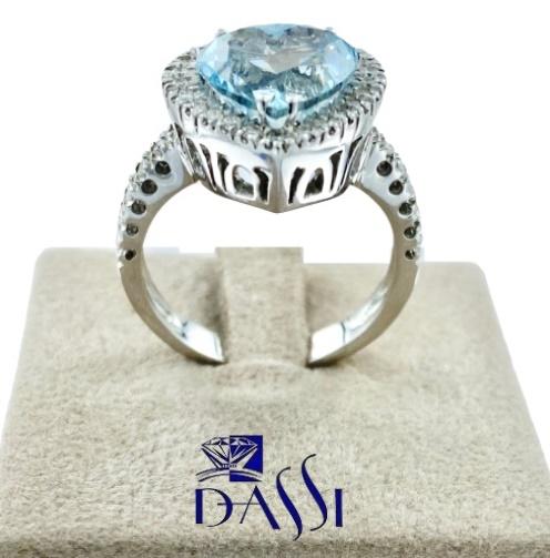 Anello in oro bianco con acquamarina a forma di cuore  circondato da una corona di diamanti