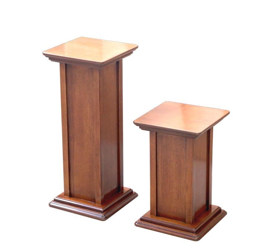 Zwei Vasenständer aus Holz