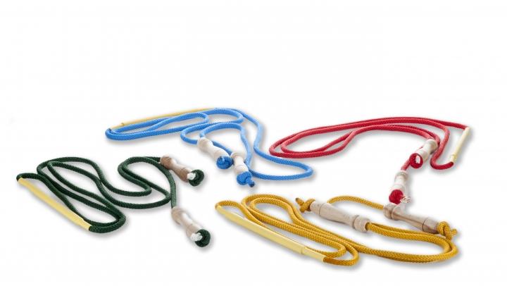 Corda salto con rinforzo centrale mediante guaina e tondino di nylon e impugnature in legno