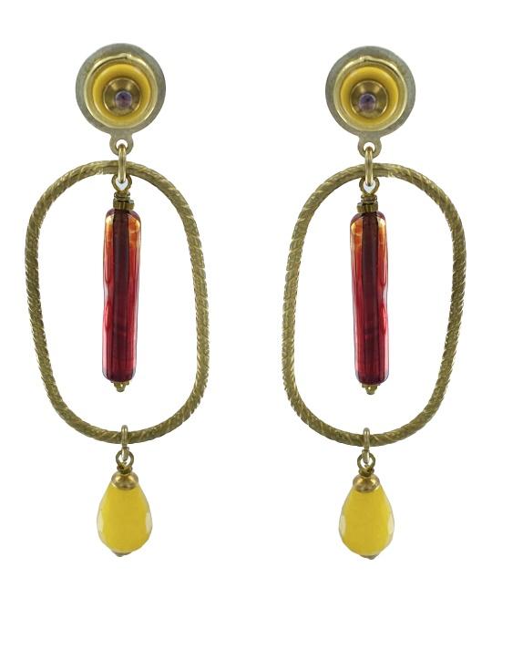 Orecchino pendente composto da ovale di ottone zigrinato color oro antico.