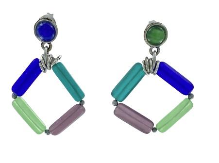 Orecchini pendenti formati da barrette di vetro combinate con cavo di acciaio