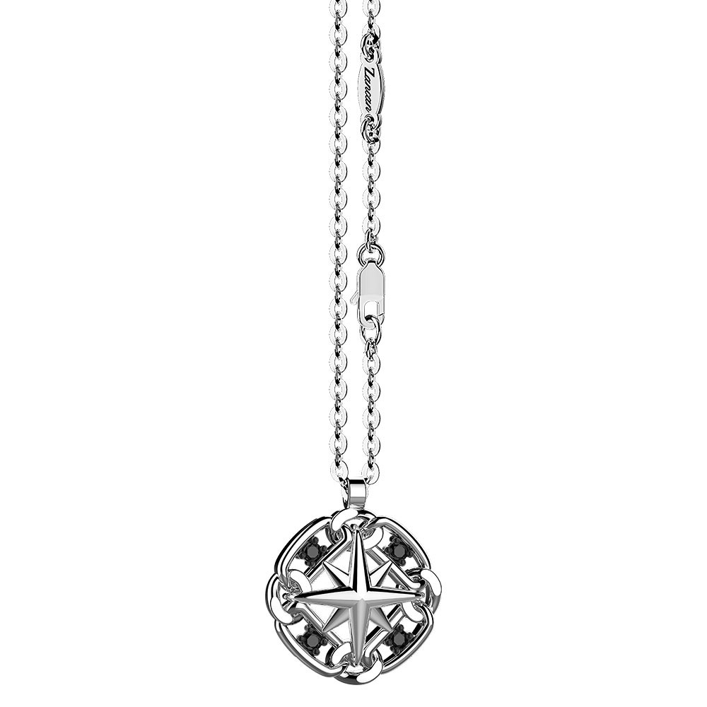 Collana in argento con rosa dei venti sul pendente.