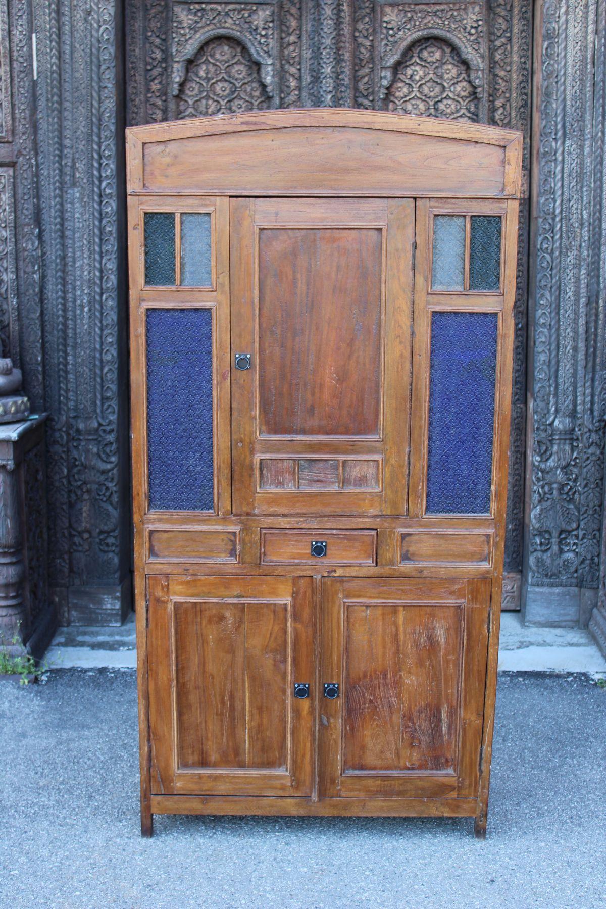 Credenza alta in legno di teak con decorazioni in vetro viola