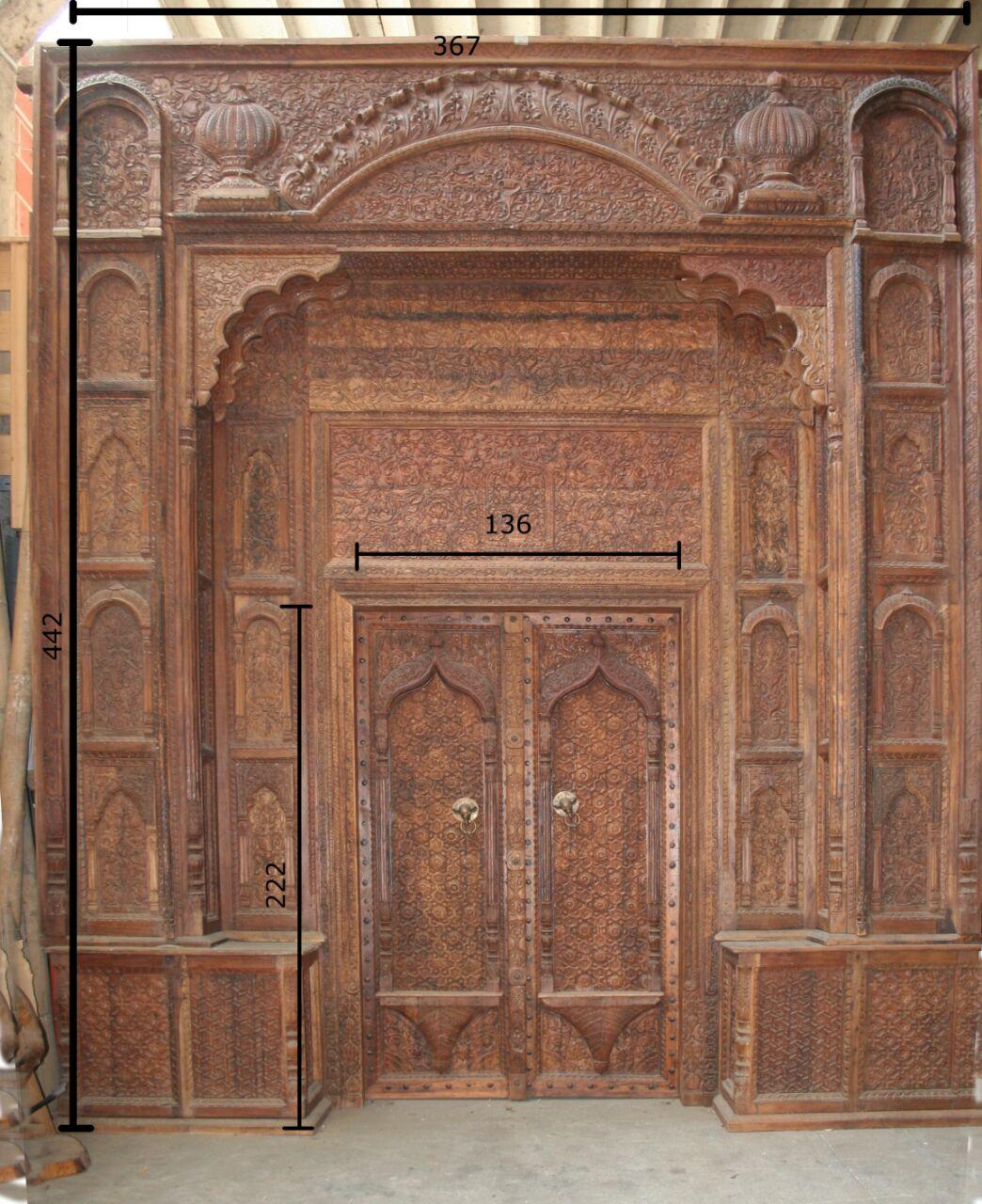 Portale indiano in legno di teak intagliato con maniglie in ottone elefanti
