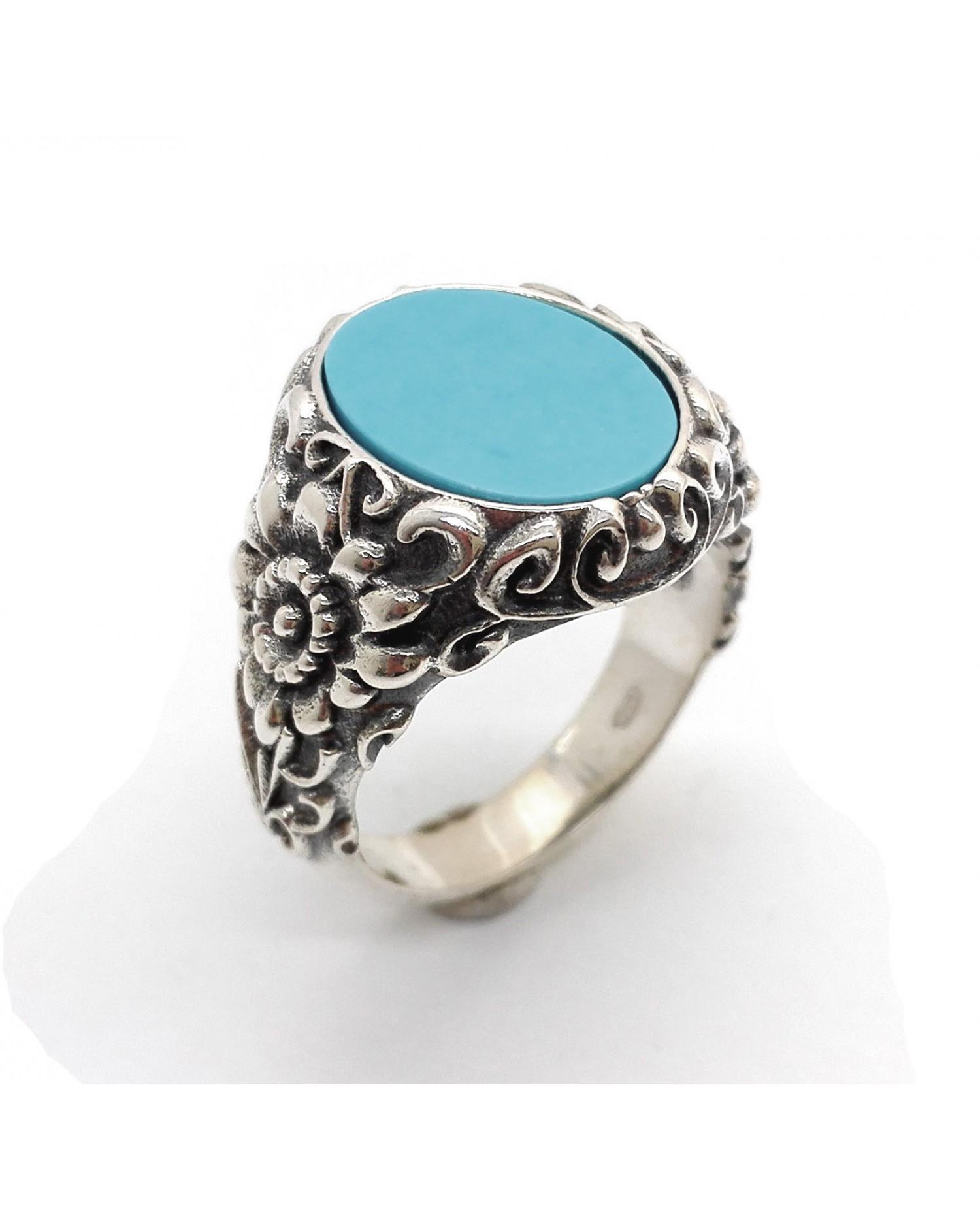 Anello in argento lavorato con pietra naturale di forma ovale.