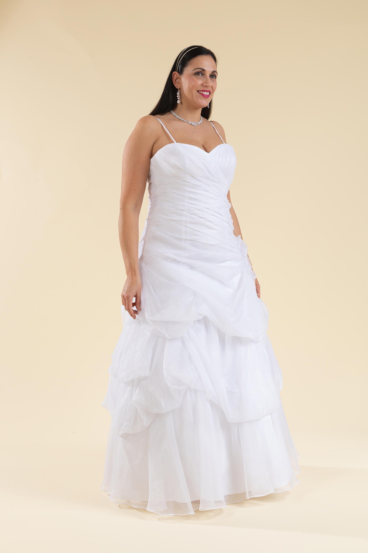 Abito sposa bianco drappeggiato con scollo a cuore.