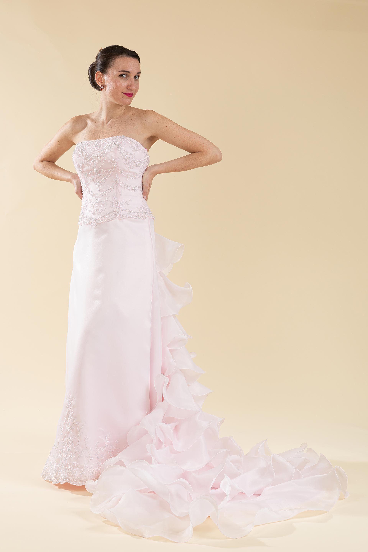 Abito sposa color rosa con coda a balze