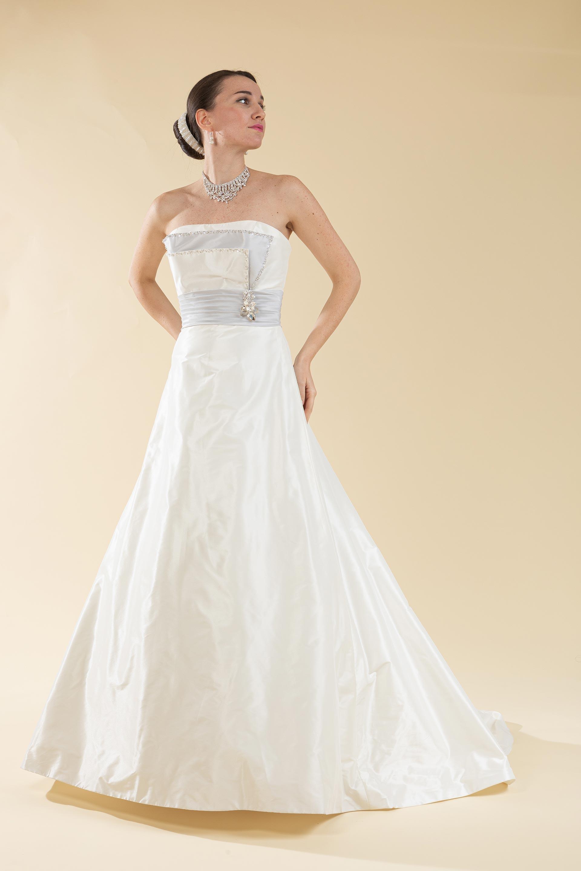 Abito sposa svasato con drappeggio bicolore.