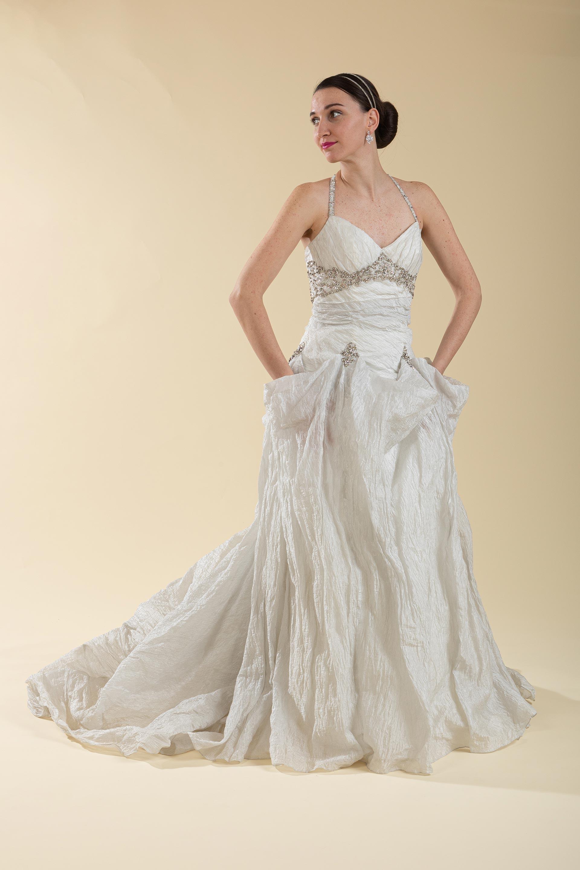 Abito sposa svasato grigio perla con ricami strass.