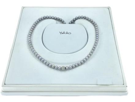Filo perle Yukiko in oro bianco 18kt e perle grigie con una sfera in oro bianco diamantato