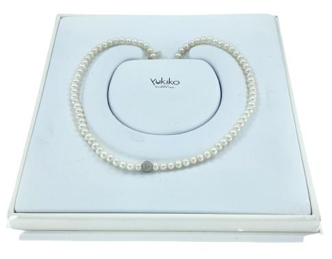 Filo perle Yukiko in oro bianco 18kt e perle bianche con una sfera in oro bianco