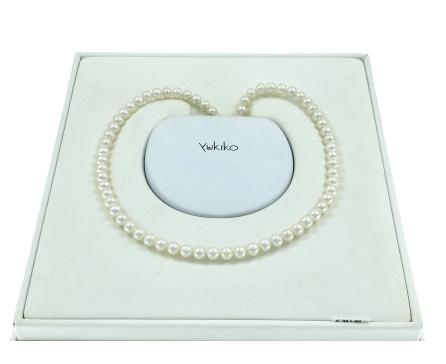 Filo perle Yukiko in oro bianco 18kt e perle bianche.