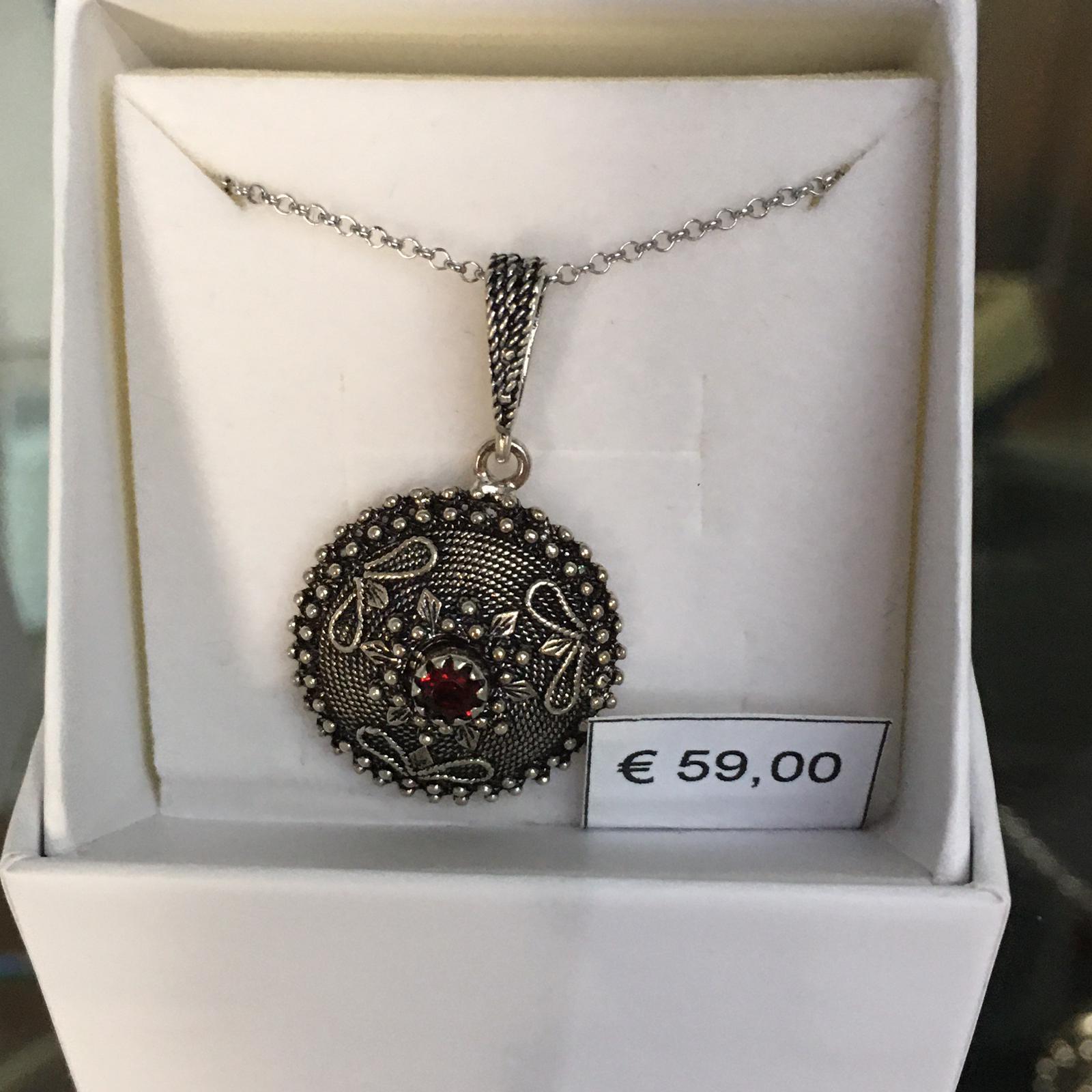 Collana in filigrana argento con bottone sardo brunito e pietra rossa