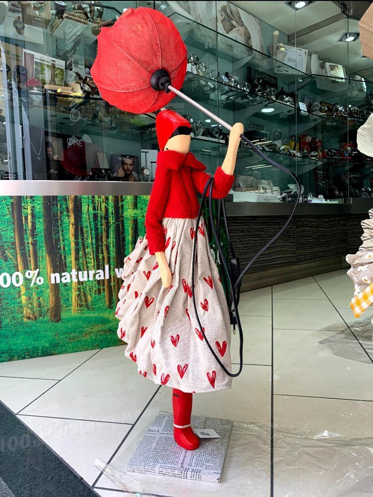 Lampada Skitso in legno con abiti inamidati Olia realizzata a mano