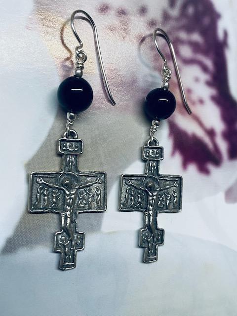 Orecchini pendenti in argento con croci