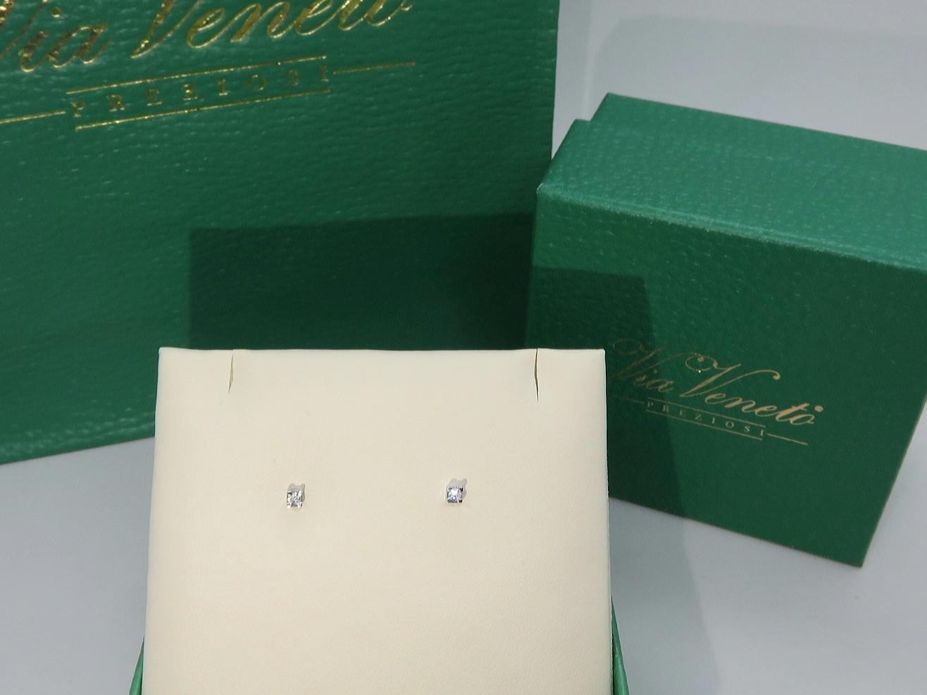 Orecchini Punto luce, griffe Oro bianco 18 kt  con diamante taglio Brillante ct. 0.08