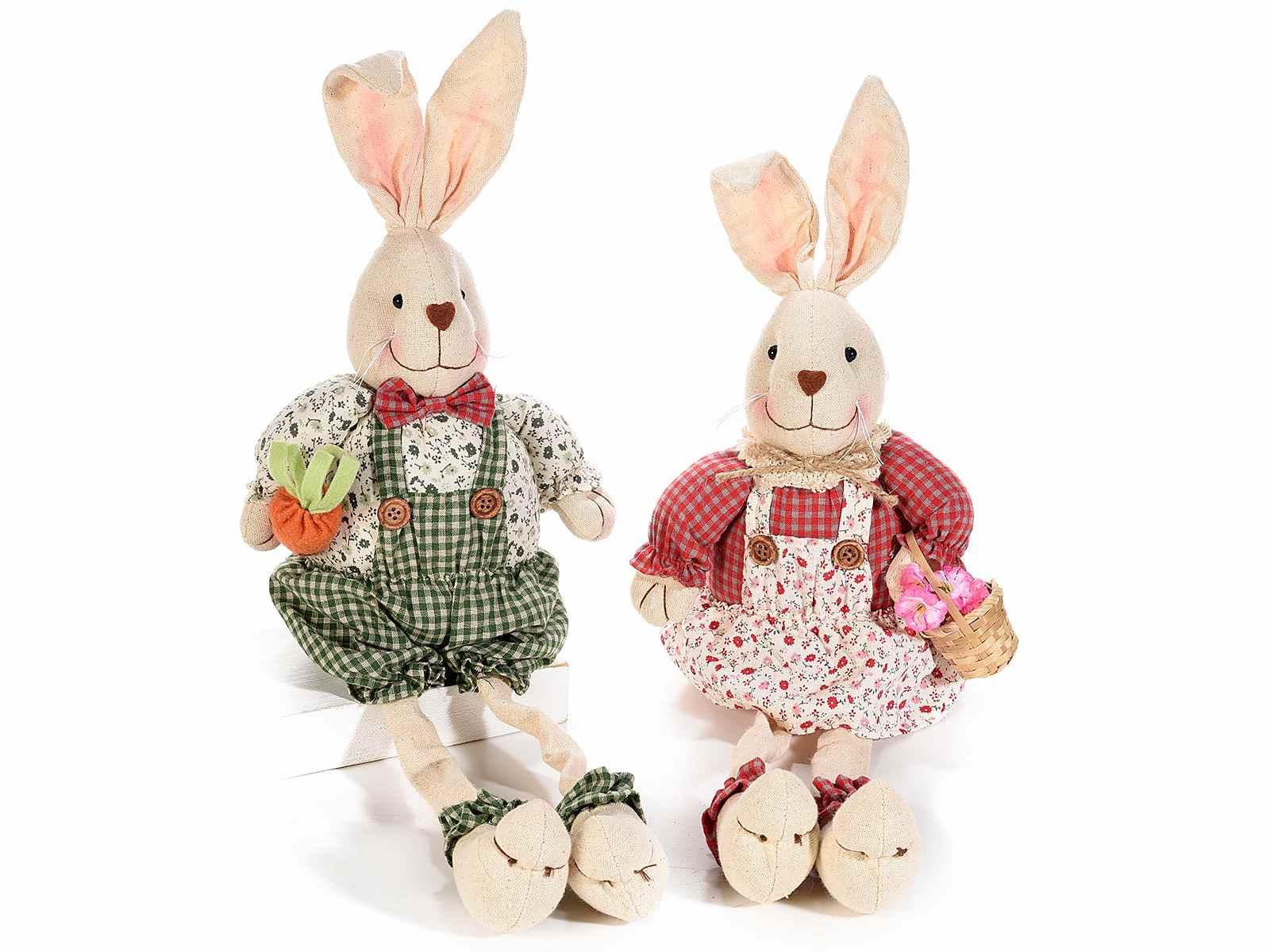 Coppia di conigli gambelunghe con vestito in stoffa