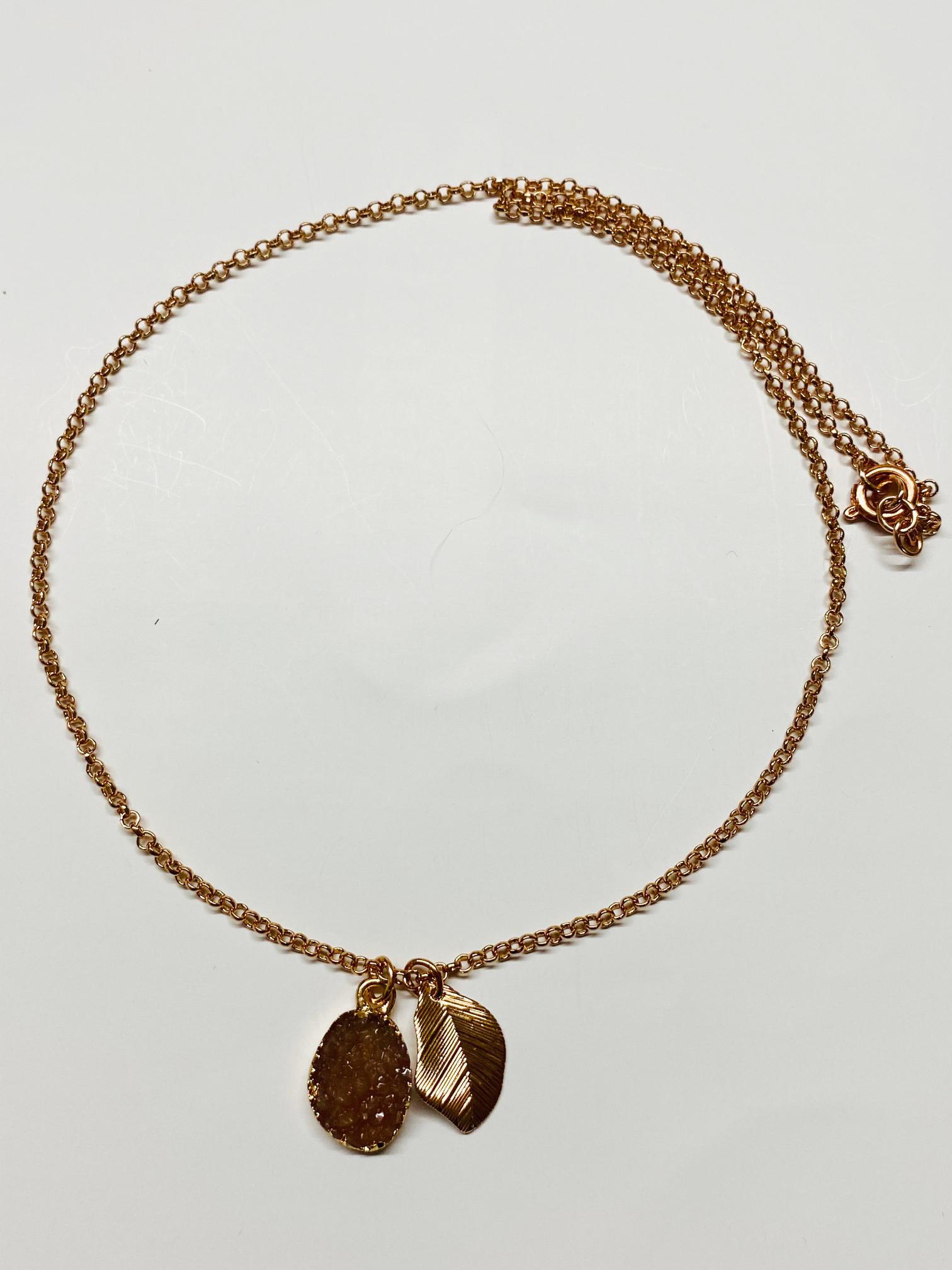 Collana girocollo con ciondoli pietra e foglia