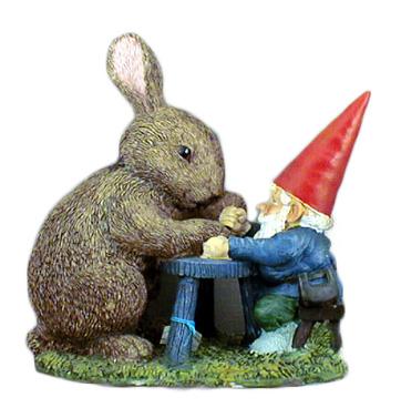 Gnomo che gioca con il coniglio