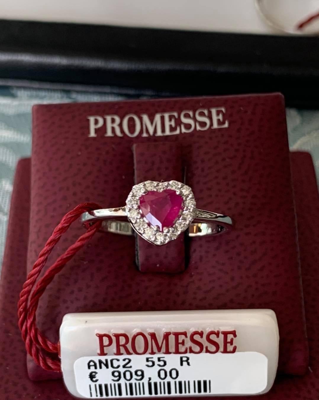 Anello in oro bianco con diamanti taglio brillante e rubino taglio cuore