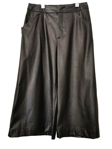 Bermuda donna nero  in ecopelle   con tasche laterali e posteriori   Made in Italy