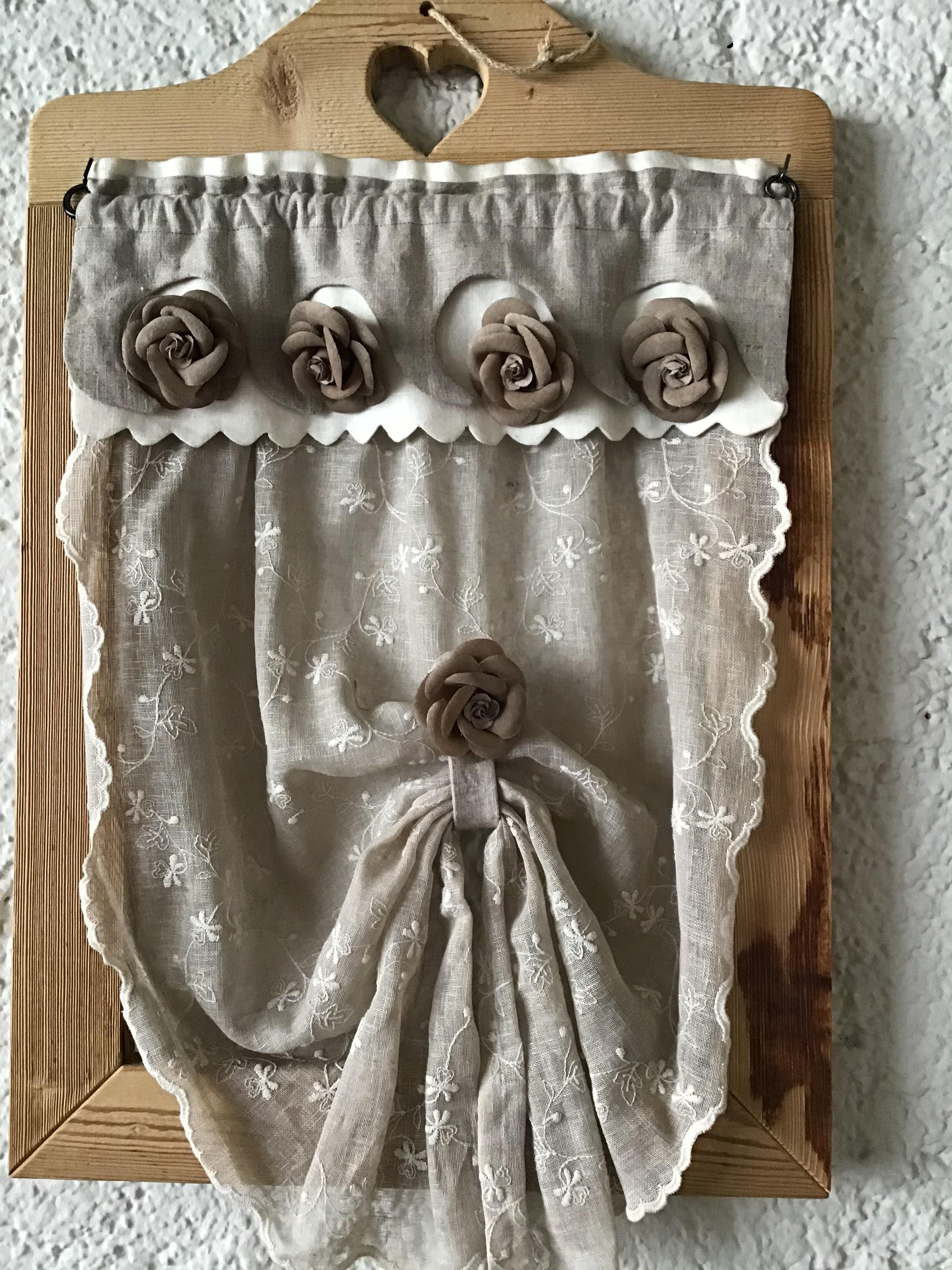 Cartamodello tendina con rose sulla mantovana