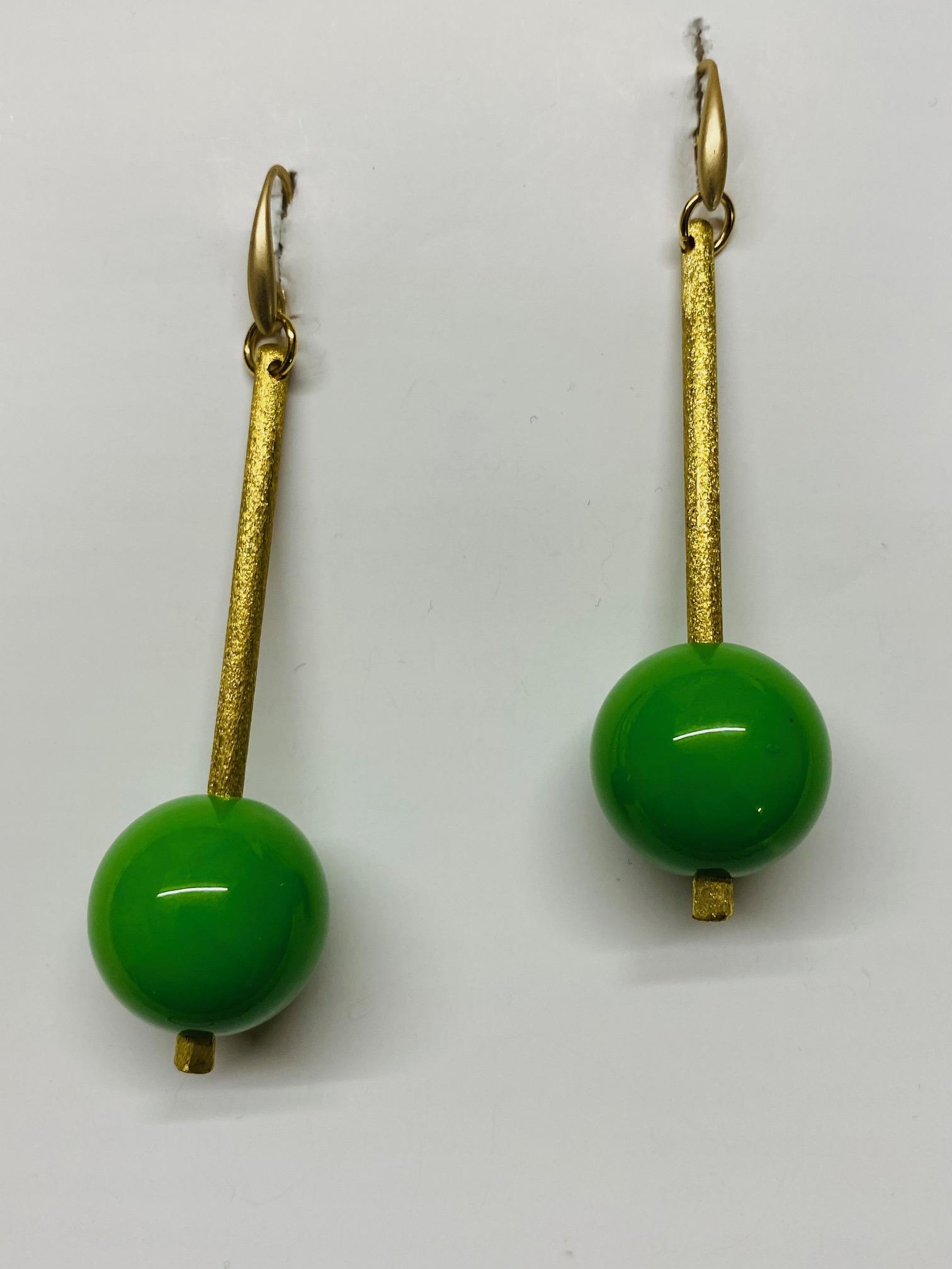 Orecchini in ottone con sfera verde