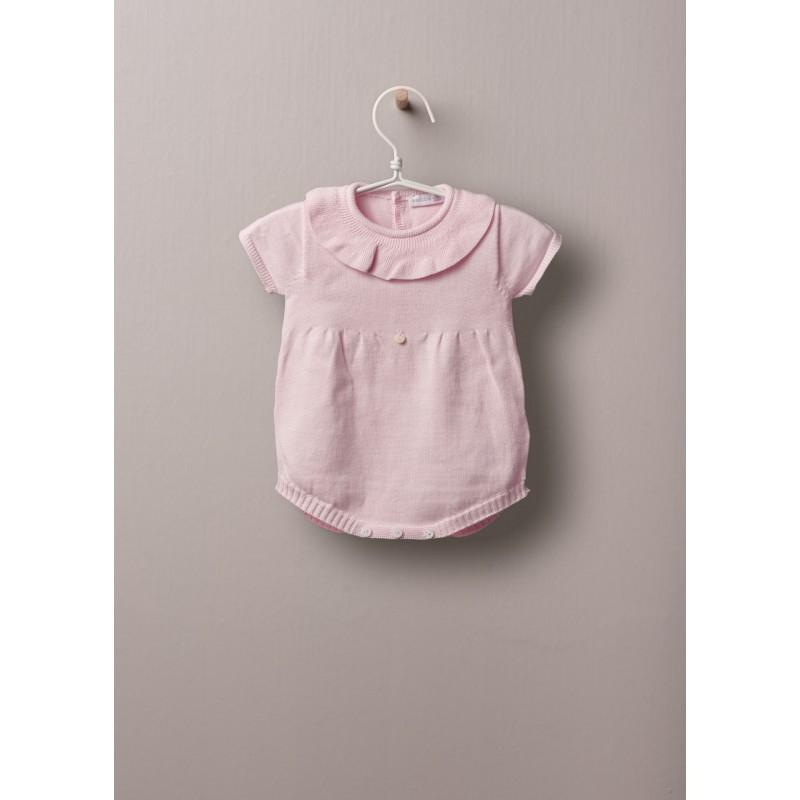 pagliaccio a maniche corte, in cotone leggero, ottimo per neonati e bambine, fino a 24 mesi. Abito in maglia, con collo a balze, si allaccia dietro e tra le gambe con bottoni in madreperla.