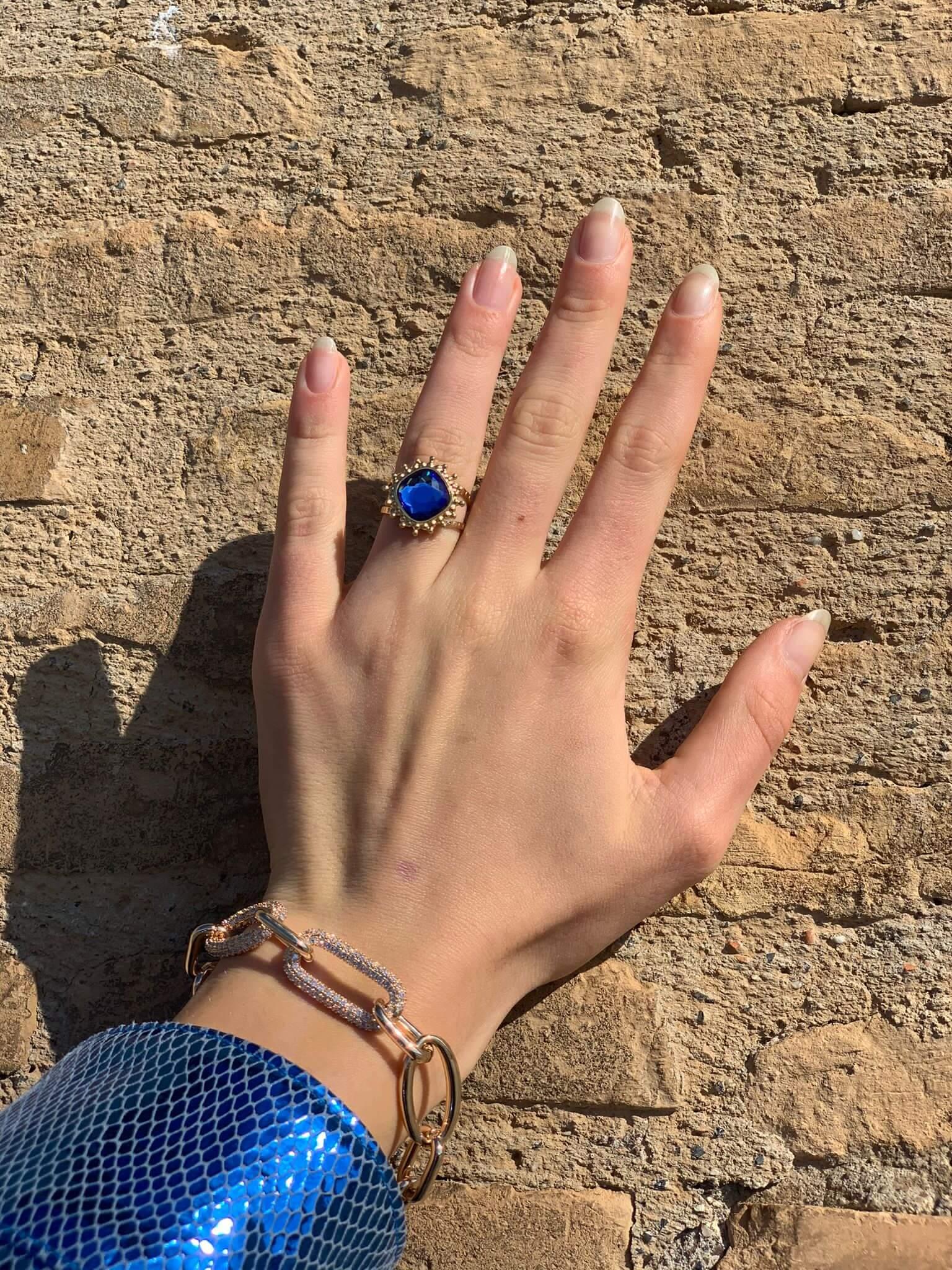 Anello in acciaio oro con cristallo blu Rush