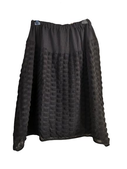 Gonna nera   in cotone lavorato   con elastico in vita   baschina piatta sul davanti   lunghezza midi   Made in Italy