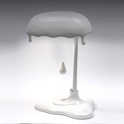 Lampada Led da tavolo Magma in resina bianca lucida decorata a mano Made in Italy