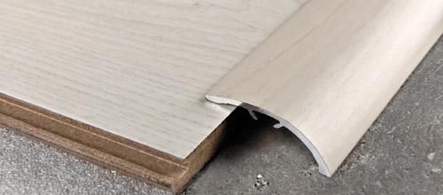 Profilo Adesivo ZEROCURVE in Alluminio rivestito con pellicola in Rovere Americano - LARGHEZZA: 4,0cm - ALTEZZA: 90cm