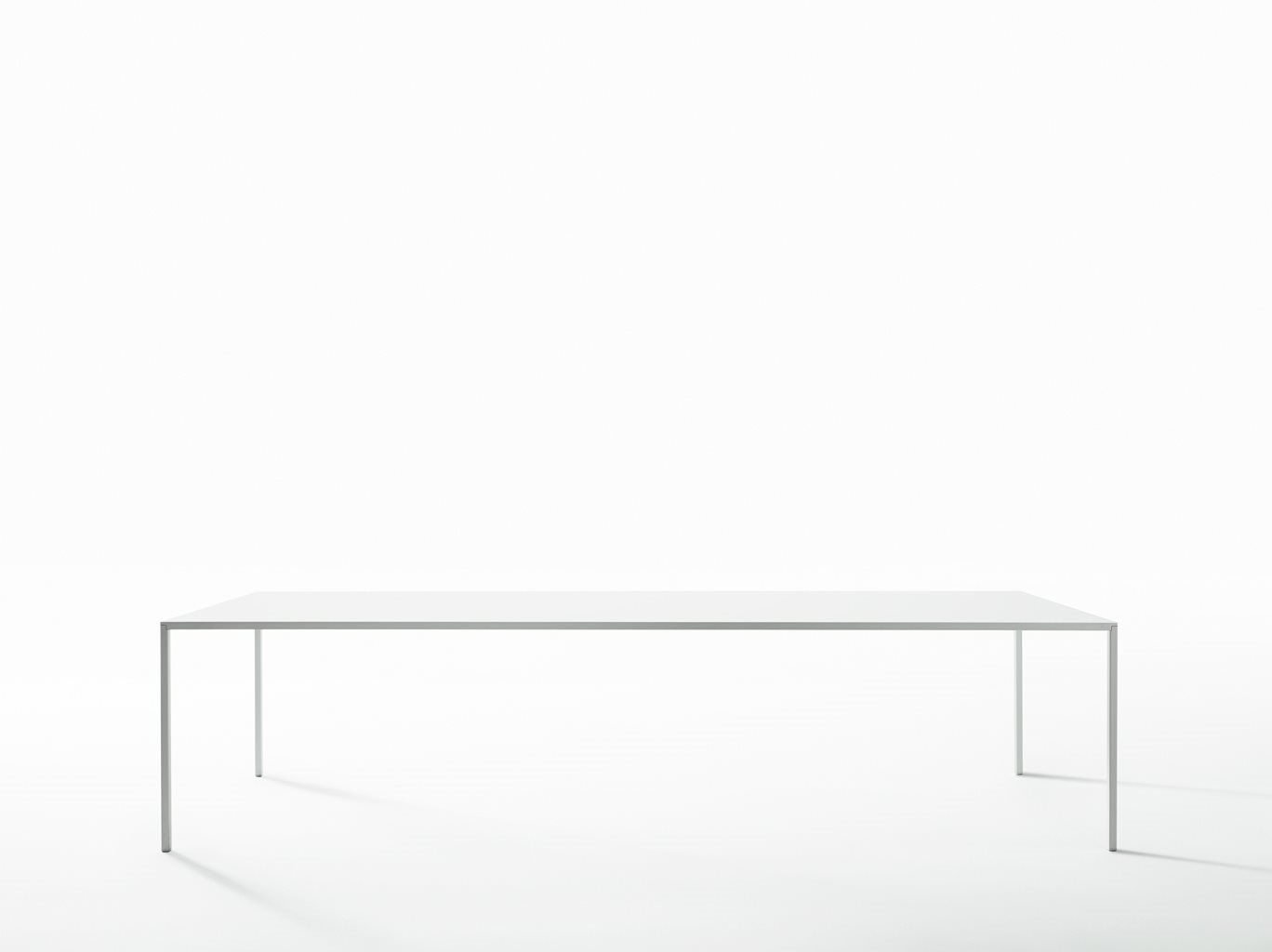 Tavolo gambe acciaio e top in resina colore bianco