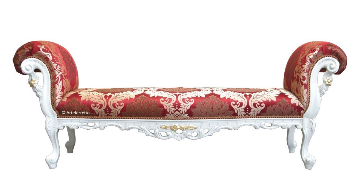 Klassische Sitzbank mit goldenen Verzierungen