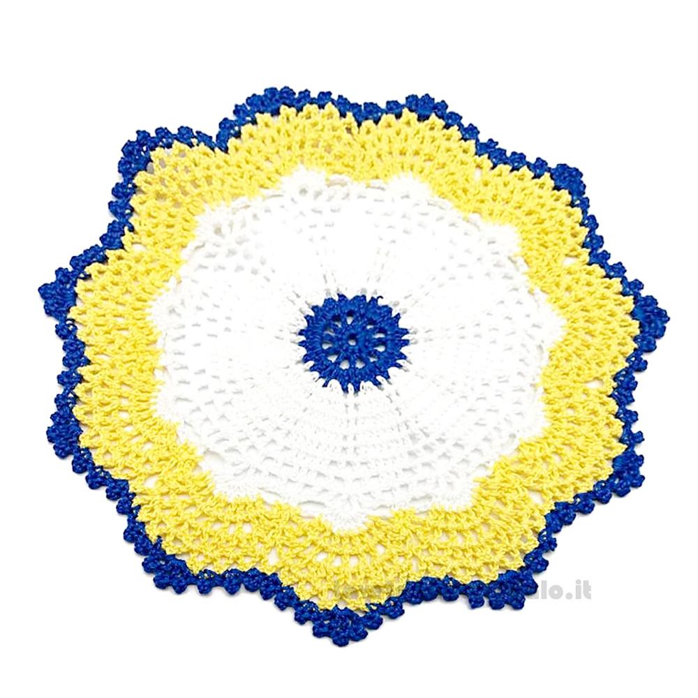 Centrino Bianco Giallo e Blu ad uncinetto 23 cm - Handmade in Italy