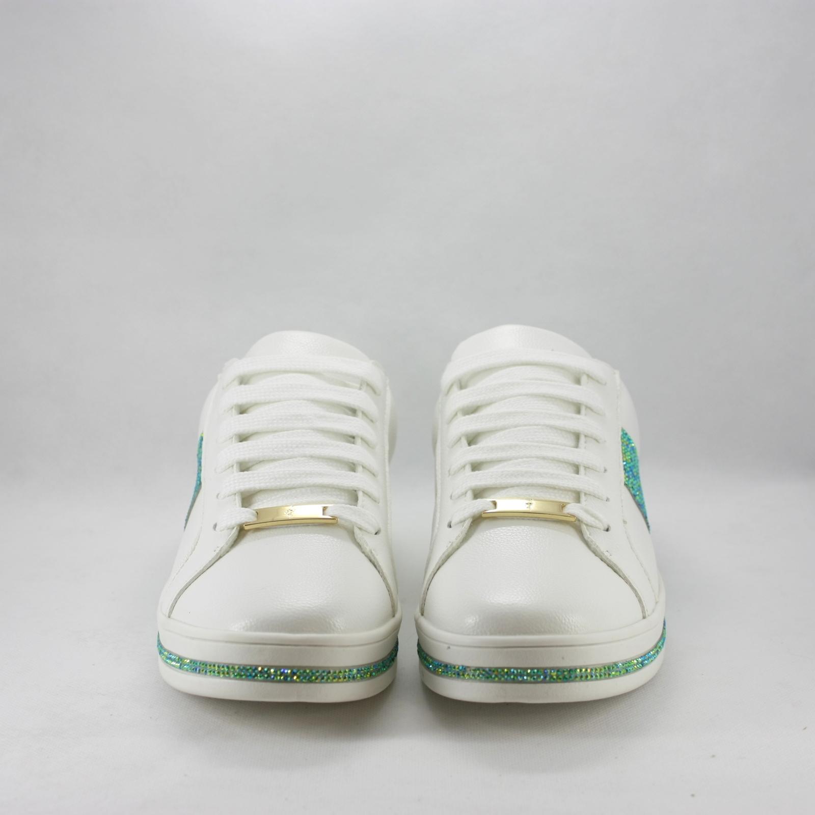 Sneakers sposa con dettagli strass verde.