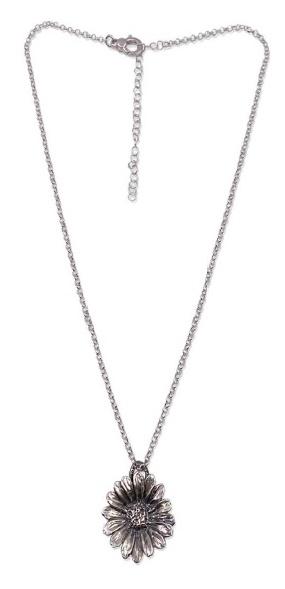 Collana in argento con catena rolò e un ciondolo a margherita brunita