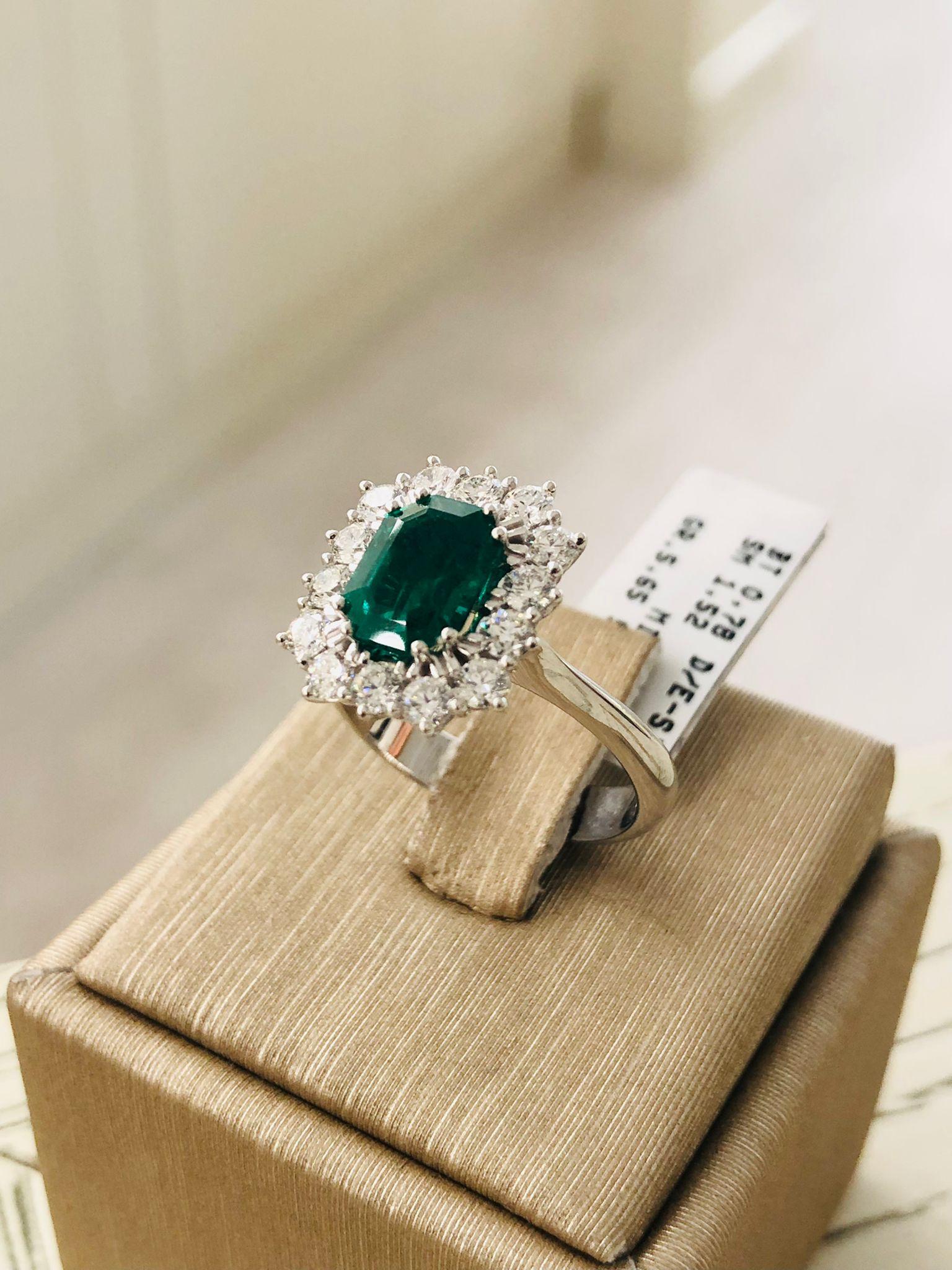 Anello in oro bianco con smeraldo