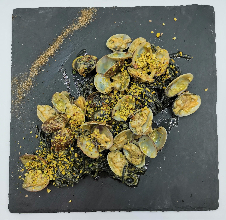 Spaghetti/linguine al nero di seppia con vongole e pistacchi 13€