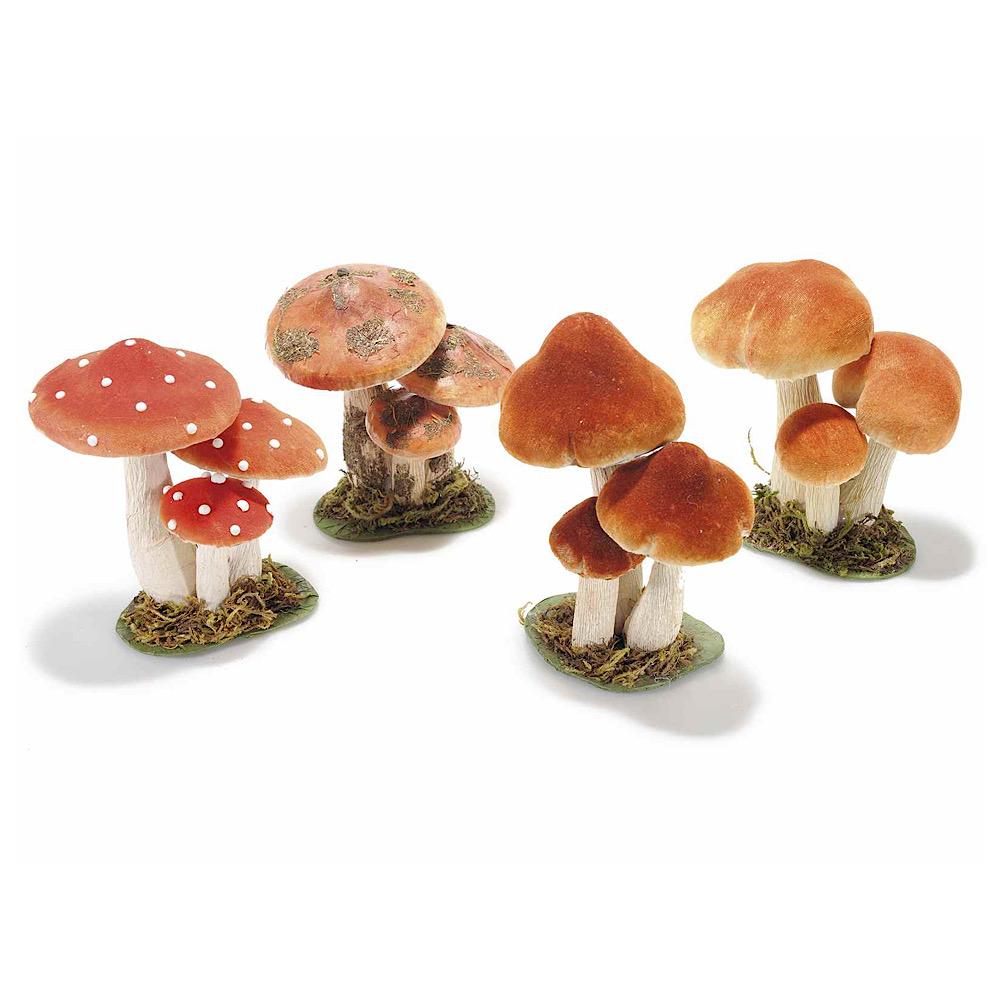 Un tris di funghi rivestiti in carta e stoffa
