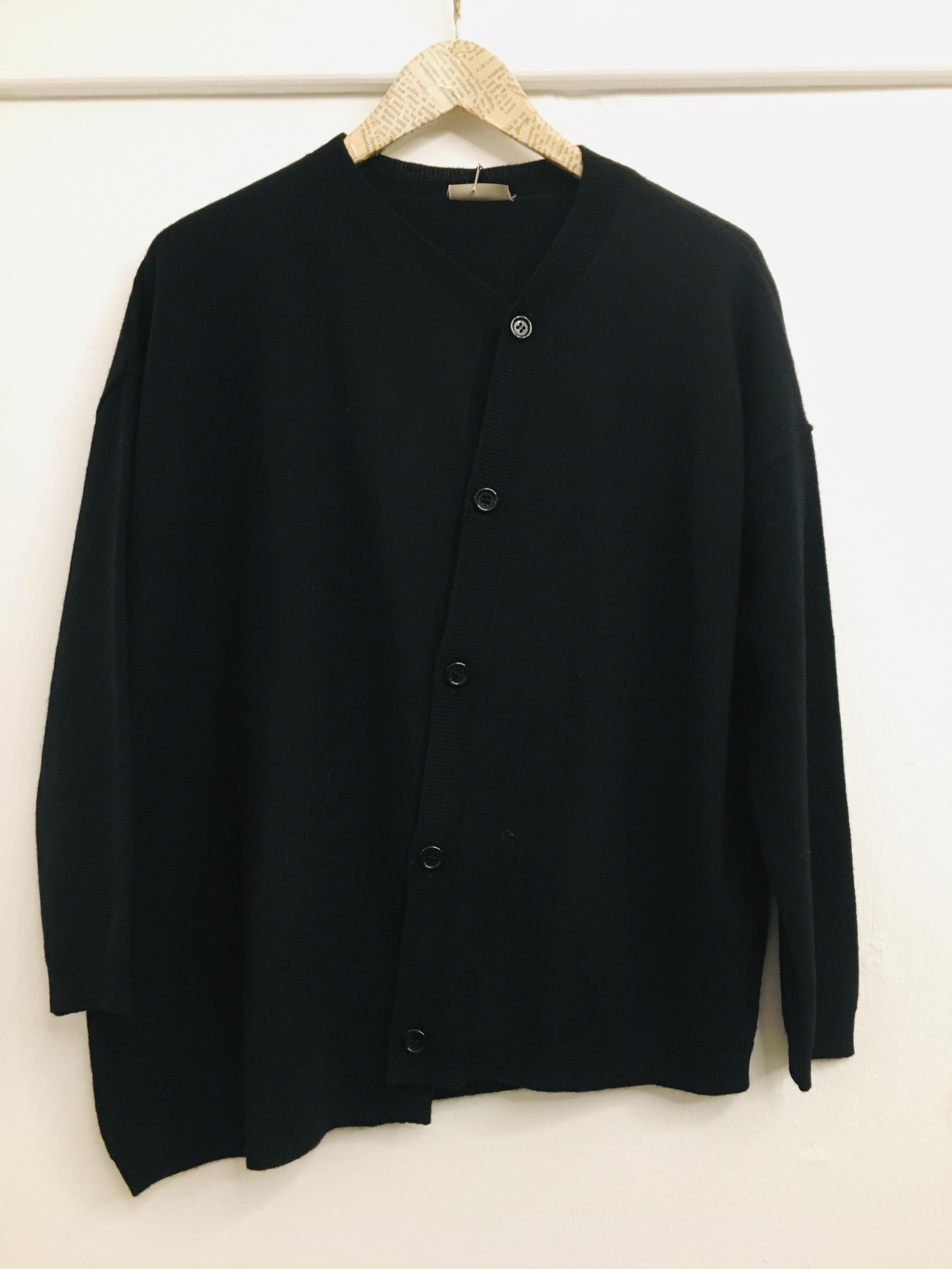 Cardigan donna  in lana  con bottoni  taglio asimmetrico  nero  made in Italy