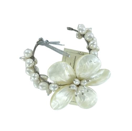 Bracciale schiava in metallo, perle di fiume e madre perla  di Damiana Fiorentini